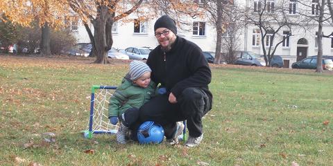 Mannschaftsfoto mit Sohn und Papa bei der Vorbereitung auf die Fußball WM 2030