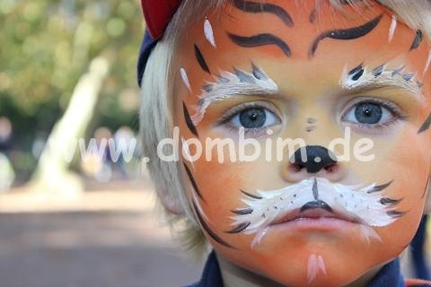 Kind als Tiger bemalt